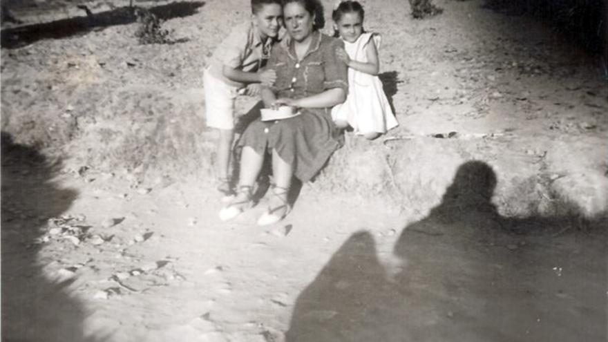 Mujer e hijos, y sombra. Sin localización conocida.   MURUZA (CANTABRIA)