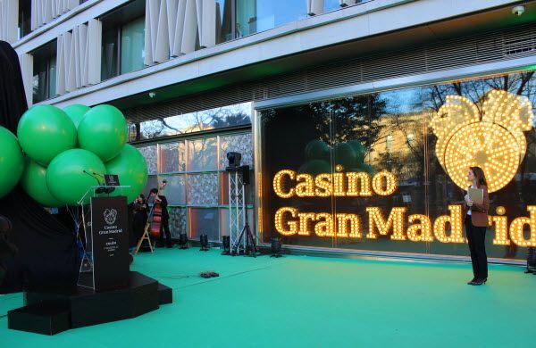 Acto de inauguración de la rana de la suerte donada por el Casino Gran Madrid | Fotografía: SOMOSCHUECA