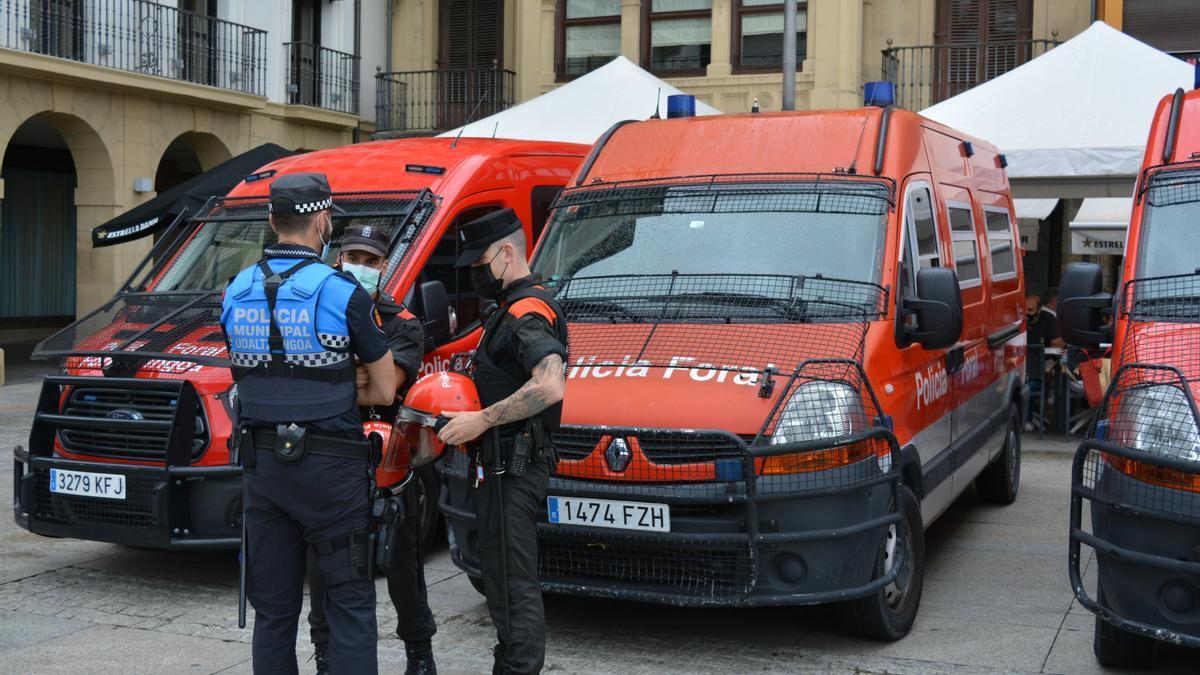 Patrullas de la Policía Municipal y Foral charlan en un control en la plaza del Castillo