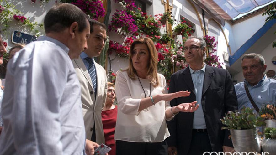 La presidenta de la Junta, Susana Díaz, durante su visita a los patios.   TONI BLANCO