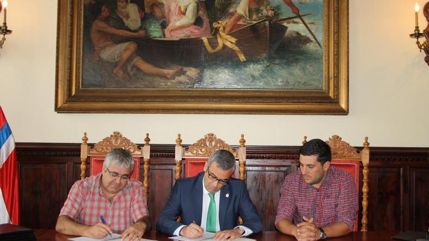 De izquierda a derecha: Guillermo Jiménez, Sergio Matos y Raico Arrocha durante la firma del convenio.
