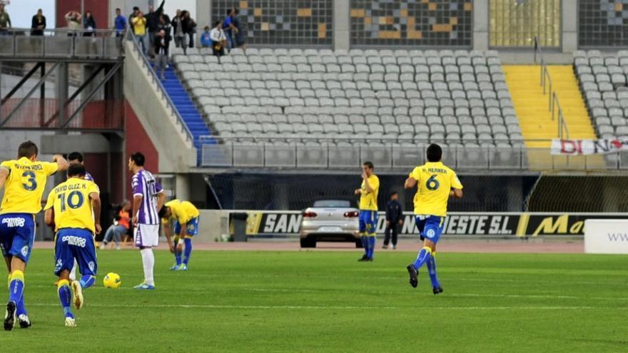Partido entre la UD Las Palmas y el Valladolid con la Grada Naciente vacia.