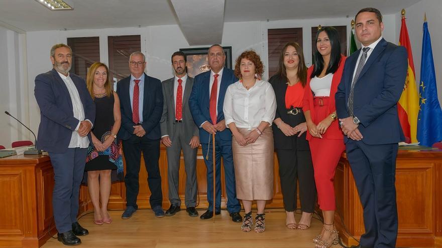 Foto de familia durante la constitución Ayuntamiento de El Pinar.