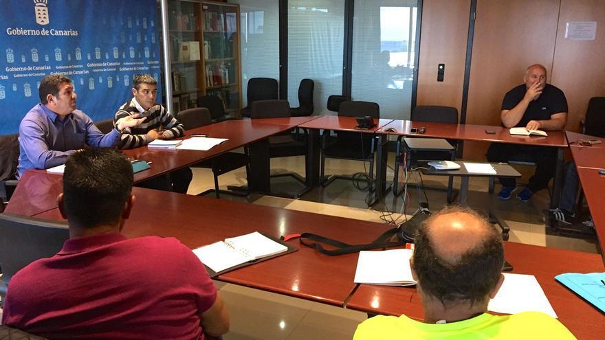 El consejero de Agricultura, Ganadería, Pesca y Aguas del Gobierno de Canarias, Narvay Quintero, durante una reunión con los representantes de la Federación de Cofradías de Pescadores de Canarias