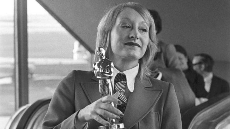 Yvonne Blake con el Oscar al Mejor Vestuario que ganó en 1971 por la película 'Nicolás y Alejandra'