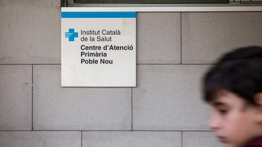Una persona passa per davant un Centre d'Atenció Primària al Poblenou. / © SANDRA LÁZARO