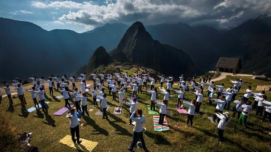 """El yoga llega a la ciudadela de Machu Picchu para su """"unión espiritual"""""""