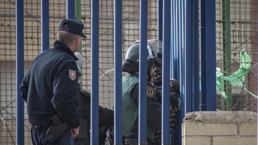 Un inmigrante logra superar todo el vallado y es reducido entre varios agentes que finalmente entregan a Marruecos, según testigos/Blasco de Avellaneda