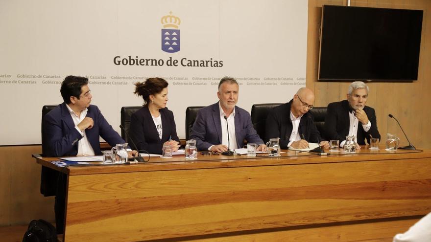 El presidente del Cabildo de Tenerife, la consejera de Sanidad, el presidente de Canarias, el jefe de servicio de Epidemiología y el alcalde de Adeje.