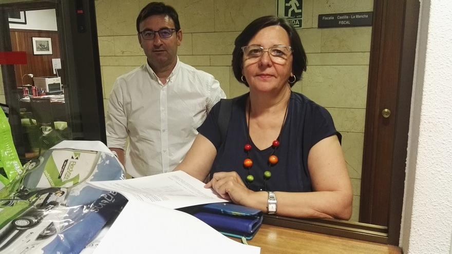 La portavoz de Ganemos IU, Victoria Delicado, entregando la documentación a Fiscalía.