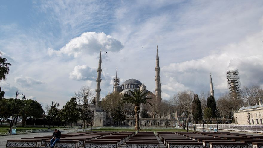Los alrededores de la Mezquita Azul de Estambul. El gobierno turco ha prohibido los eventos públicos y cerrado centros escolares