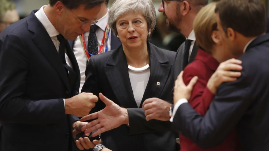 Descripción : British Prime Minister Theresa May, center, arrives for a round table meeting at an EU summit in Brussels, Thursday, Dec. 13, 2018. EU leaders gathered Thursday for a two-day summit which will center on the Brexit negotiations. At right is French President Emmanuel Macron greeting German Chancellor Angela Merkel. (AP Photo/Alastair Grant) *** Local Caption *** . Fecha : 20181213 Ciudad : Brussels Pais : BEL