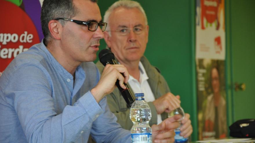 Miguel Saro acompañado por el coordinador federal de IU, Cayo Lara, durante una intervención pública.