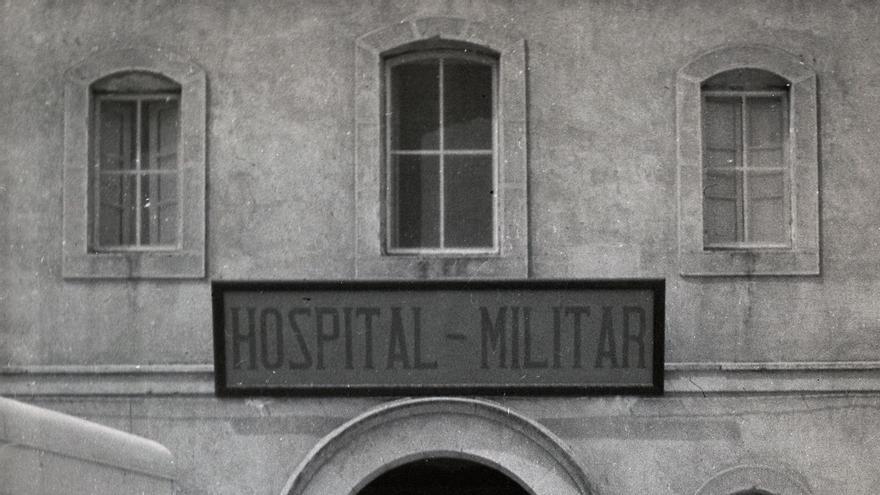 'Las mamás belgas' frente al hospital de guerra en Onteniente, en Valencia. | LAS MAMÁS BELGAS
