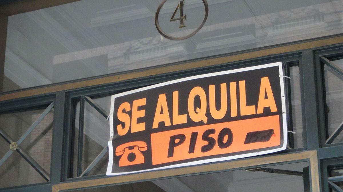 Cartel de alquiler de un piso en Córdoba.