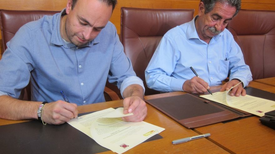 """PRC y Podemos firman el acuerdo que facilita la investidura de Revilla y que no supone """"travestismo político"""""""