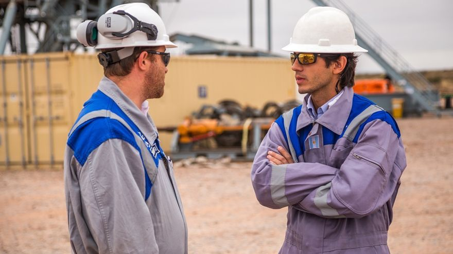André Archimio, el ingeniero responsable de la estimulación hidráulica de YPF conversa con un colega junto a un pozo de fracking.