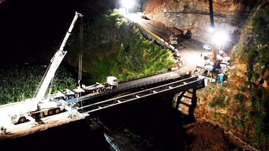 Este pasado fin de semana se procedió a la colocación del nuevo viaducto sobre el Barranco de La Herradura.