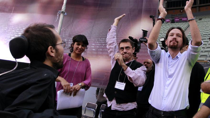 Pablo Echenique observa a Pablo Iglesias y a Juan Carlos Monedero en la Asamblea de Podemos en Vistalegre. / Marta Jara