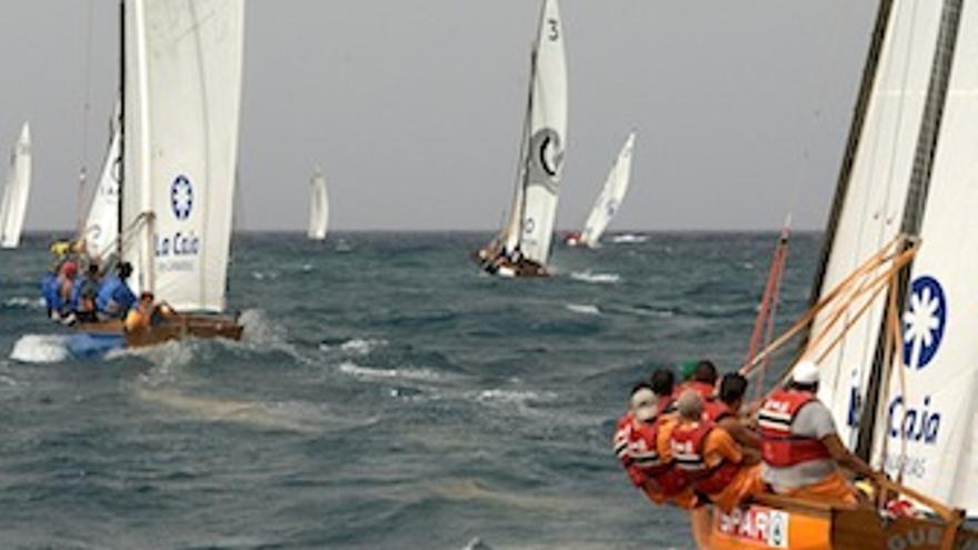 Imagen de una regata, con el Spar Guerra del Rio en primer plano. (federacionvelalatinadebotes.org)