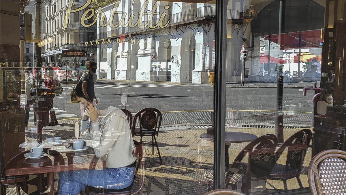 Muchos bares y restaurantes porteños incumplen la obligación de atender sólo al aire libre.