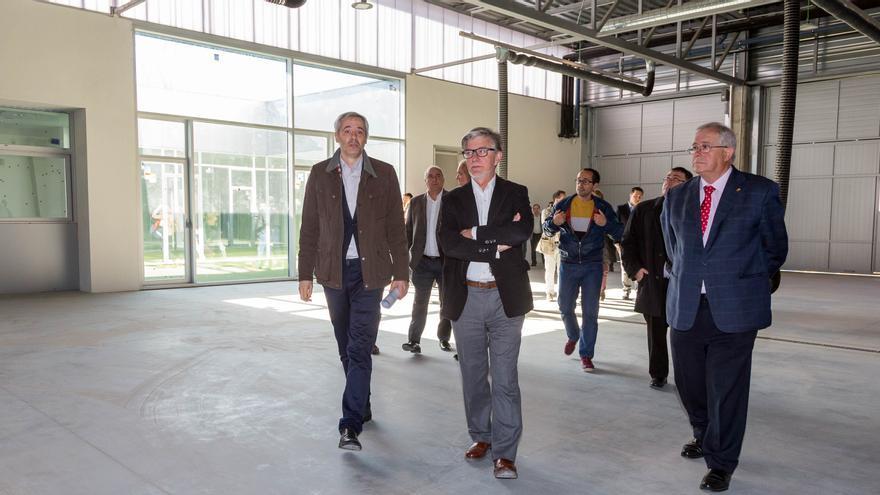 El alcalde de Zaragoza, Pedro Santisteve, el vicepresidente primero de la Diputación de Zaragoza (DPZ), Martín Llanas, han visitado el nuevo parque de bomberos de Casetas
