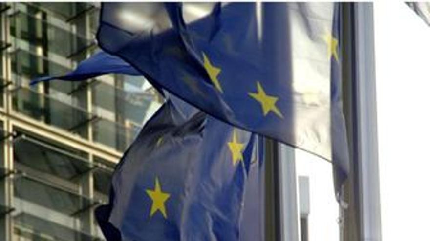 Bandera de la UE y sede de la UE