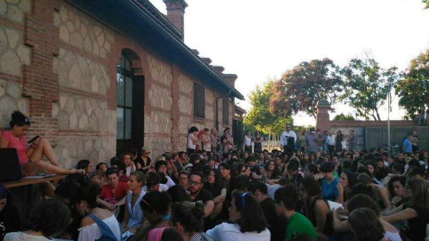 Decenas de personas escuchan desde la calle a Silvia Federici, este septiembre en Matadero.