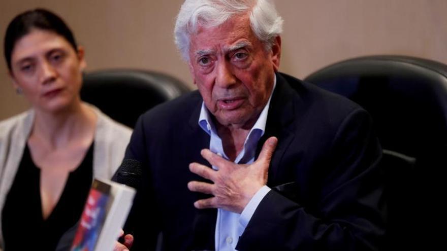 """El escritor peruano y premio Nobel de Literatura 2010, Mario Vargas Llosa, presenta este lunes en conferencia de prensa su libro """"Tiempos Recios"""", en donde narra la caída del gobierno de Jacobo Arbenz Guzmán y las implicaciones de la CIA en el establecimiento de distintas dictaduras de Latinoamérica en los años cincuenta, en Ciudad de Guatemala (Guatemala)."""