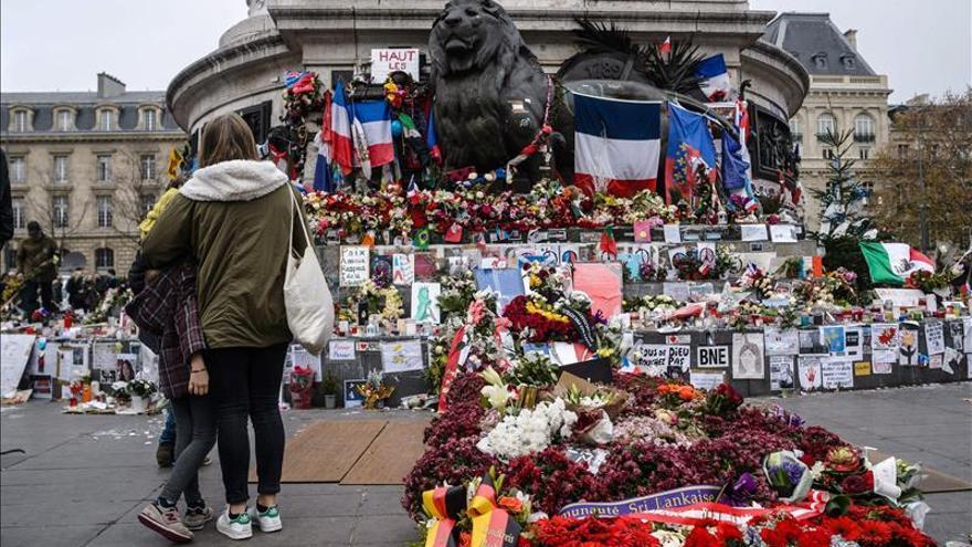Francia recuerda los atentados de París un mes después de la masacre