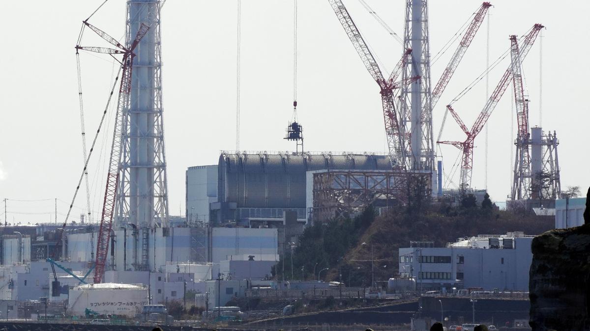 Vista de la Central Nuclear de Fukushima Daiichi de Tokyo Electrical Power Company (TEPCO) en proceso de desmantelamiento, vista desde Namie, prefectura de Fukushima, Japón, el 11 de marzo de 2021. El 13 de abril de 2021, el gobierno japonés decidió oficialmente liberar al océano agua tratada que contenía tritio de la paralizada central nuclear de Fukushima Daiichi. EFE/EPA/KIMIMASA MAYAMA