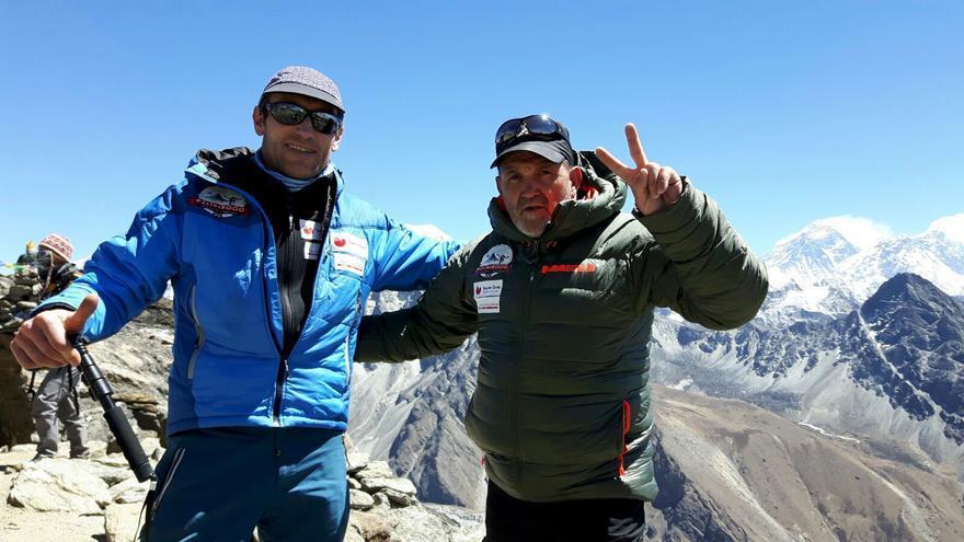Juanito Oiarzabal y Alberto Zerain durante el trekking hacia el Dhaulagiri.