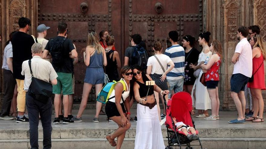 España recibe 10,2 millones de turistas en agosto, un 1,9 % menos