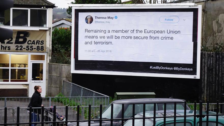 """""""Permanecer en la Unión Europea significa que estaremos más seguros frente al crimen y al terrorismo"""", cartel de Led by Donkeys con una de las frases de la primera ministra Theresa May."""