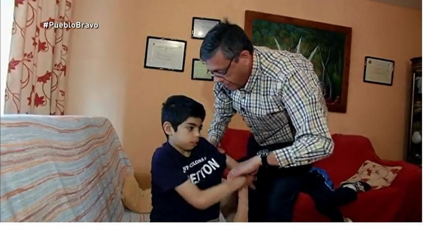 José Luis Gómez-Ocaña, presidente de la Plataforma en Defensa de la Ley de Dependencia de Castilla-La Mancha, cuidando a su hijo dependiente / Imagen: La Sexta