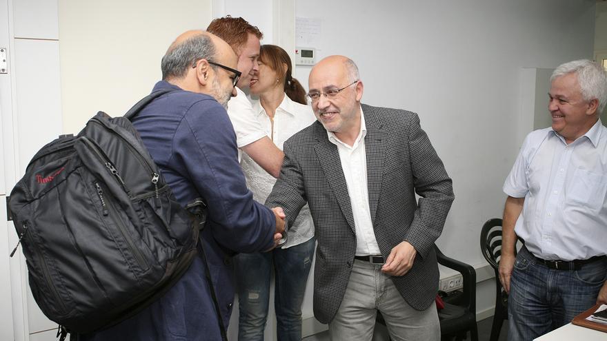 Juan Manuel Brito saluda a Antonio Morales antes de empezar la reunión entre Podemos y Nueva Canarias (ALEJANDRO RAMOS)