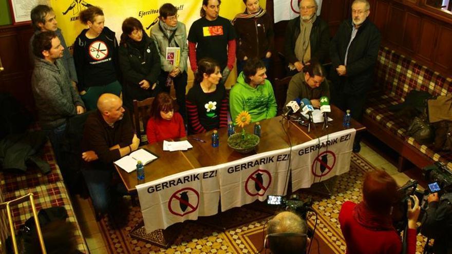 Rueda de prensa de diferentes colectivos sociales, músicos y profesores de la UPV en apoyo al antimilitarista juzgado en Bilbao. /Foto cedida por el MOC