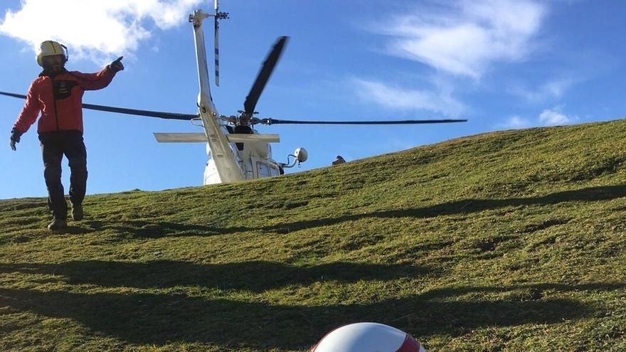 El helicóptero rescata a un senderista en el Collado de Valdecoro