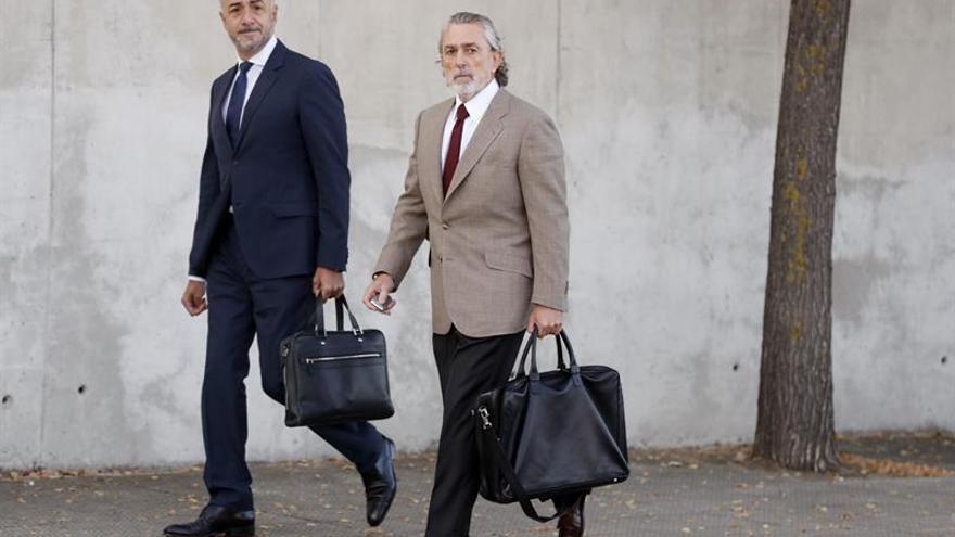 El cabecilla de la Gürtel, Francisco Correa, a las puertas de la Audiencia Nacional para ser juzgado en el primer macrojuicio de la trama