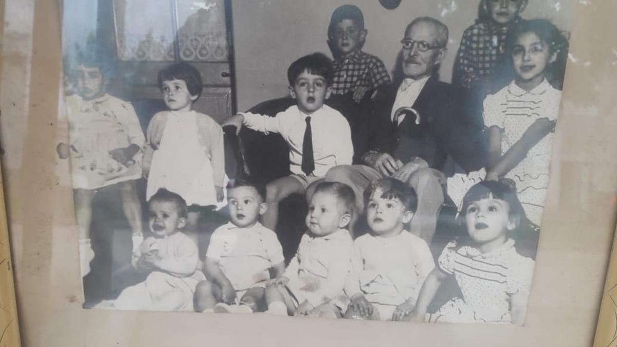 El bisabuelo Pedro junto a Rafael Bielsa (sentado con el bisabuelo, a la izquierda) y Marcelo Bielsa (segundo desde la derecha, sentado en el piso).