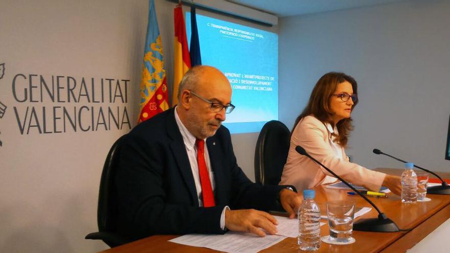 El conseller de Transparencia, Manuel Alcaraz, junto a la vicepresidenta Mónica Oltra en rueda de prensa