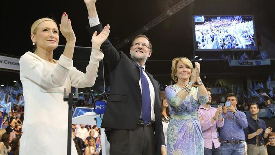 El presidente del Gobierno y del Partido Popular, Mariano Rajoy, junto a las candidatas al Ayuntamiento, Esperanza Aguirre, y a la Comunidad de Madrid, Cristina Cifuentes. / Efe