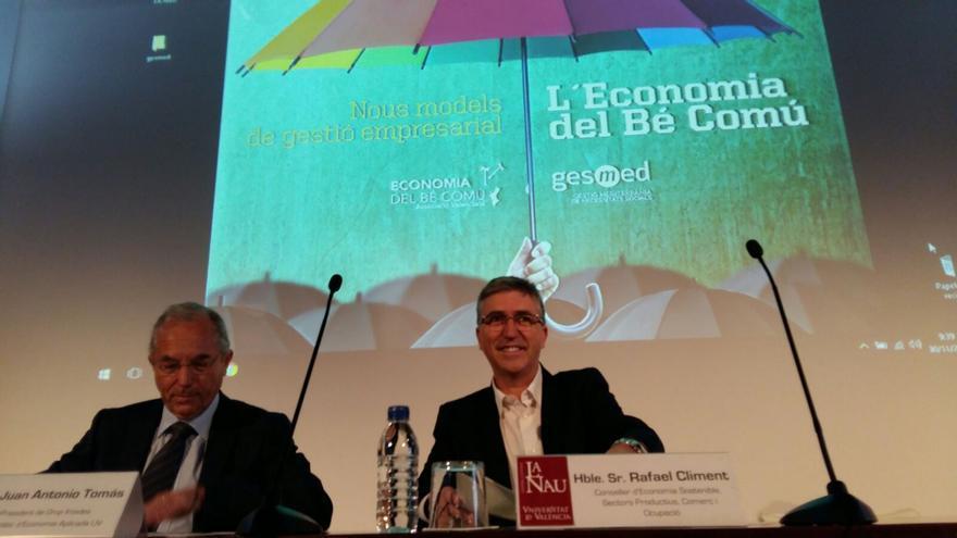 El conseller de Economía, Rafael Climent, a la derecha, en unas jornadas sobre la economía del bien común.