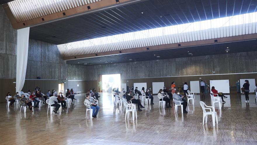 Varias personas, en un dispositivo de vacunación masiva frente al Covid-19 en Santander