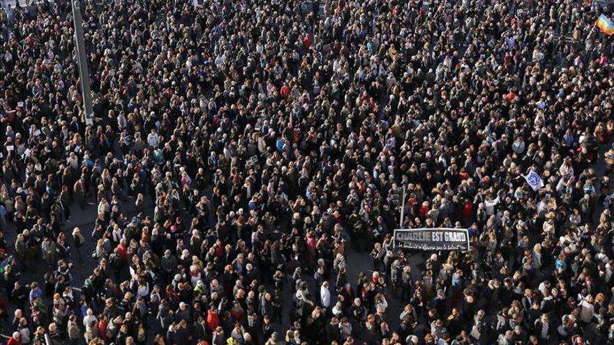 """Más de 200.000 personas en las marchas silenciosas en Francia por """"Charlie Hebdo"""""""