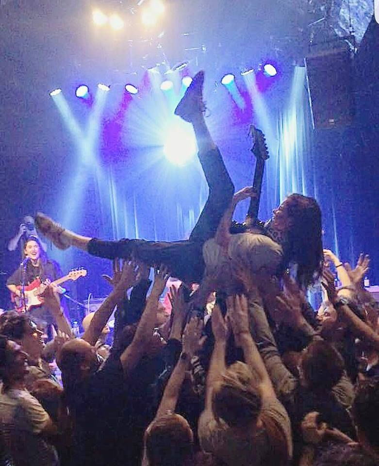 Crowdsurfing guitarrero | HINDS