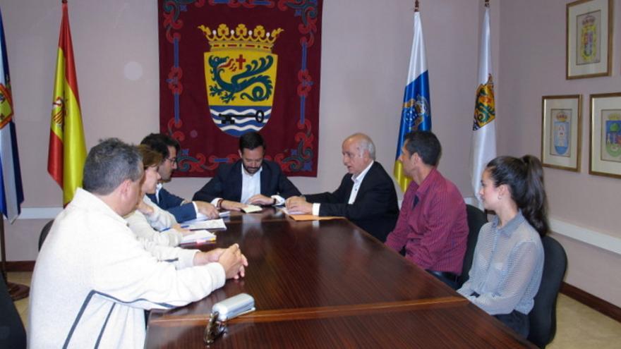Reunión del alcalde de Puerto de la Cruz, Lope Afonso, con el abogado y empresarios de la zona centro