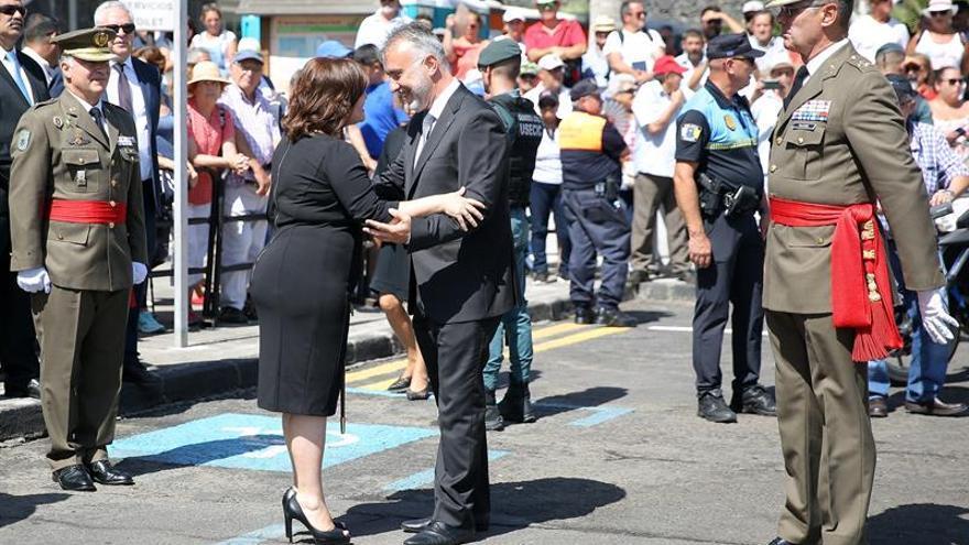 El presidente de Canarias, Ángel Víctor Torres, saluda a la alcaldesa de Candelaria, María Concepción Brito, antes de comenzar los actos con motivo de la festividad de la Virgen de Candelaria. EFE/ Cristóbal García