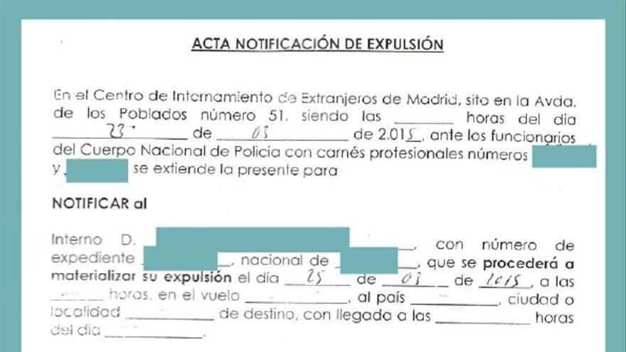 Acta de notificación de expulsión de un interno del CIE de Aluche (Madrid) entregada con los datos del vuelo sin completar | FOTO: Karibu