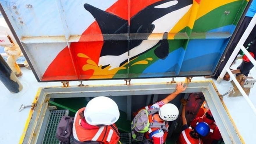 Activistas de Greenpeace se preparan para la acción de protesta. (GREENPEACE)
